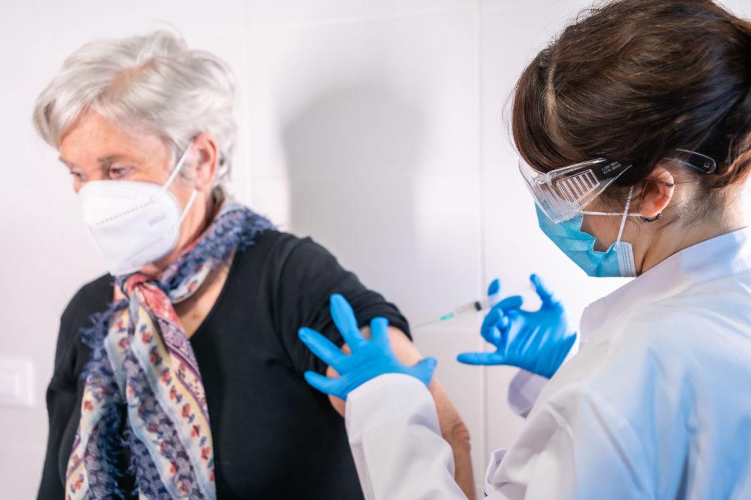 Vaccination anti-covid doit aller plus vite 123RF©