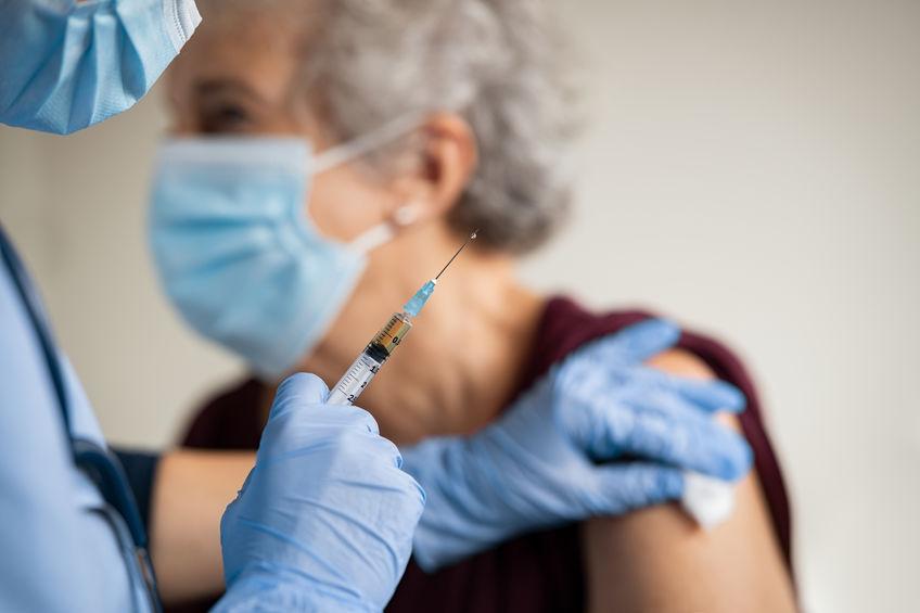 Troisième dose de vaccin anti-covid pour les plus de 65 ans. ©123RF
