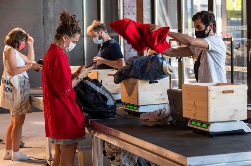 Vente de vêtements au poids dans une hall de Lyon 123RF©